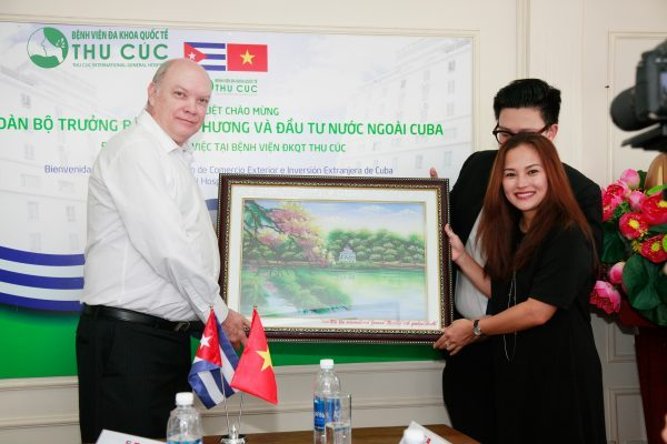 Mrs. Nguyen Thu Cuc – Chairwoman of Thu Cuc Hospital giving a gift to the Minister