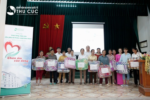 Presents given to disadvantaged women from Thu Cuc Hospital