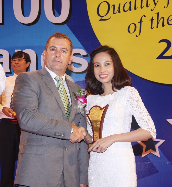 The representative of Thu Cuc International General Hospital went to the stage to receive the award.