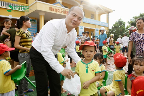 Mr. Nguyen Viet Dung – DCEO of Thu Cuc Hospital giving presents to children