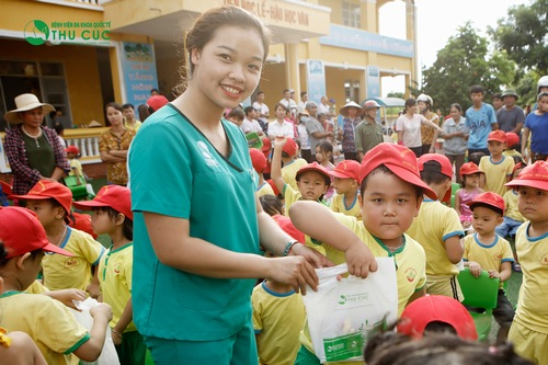 Children in Minh Tri Kindergarten receiving gifts with joys
